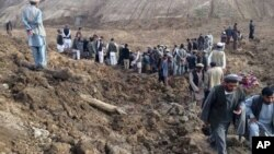阿富汗救援人員在山體滑坡現場進行救援工作。
