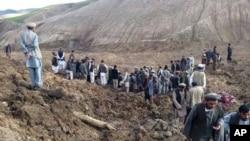 Warga Afghanistan melakukan upaya pencarian korban tanah longsor di desa Ab-i Barik, di kawasan pegunungan di distrik Argo, Afghanistan. Lebih dari 2.000 orang dilaporkan belum ditemukan setelah tanah longsor menimbun sekitar 300 rumah, Jumat (2/5).