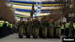 Kosovske bezbednosne snage na paradi u Prištini povodom 10. godišnjice proglašenja nezavisnosti (Reuters/Ognen Teofilovski)