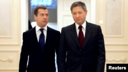 FILE - Leonid Reiman (R) Russia's communications minister at the time, is seen with then president-elect Dmitry Medvedev in Moscow, Russia, March 18, 2008. Reiman, too, is on the list of those Spanish prosecutors suspect of having ties to organized crime.