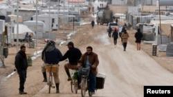 Para pengungi Suriah di perkemahan pengungsi Al Zaatari di Mafraq, Yordania, dekat perbatasan Suriah, 15 Januari 2015 (Foto: REUTERS/Muhammad Hamed)