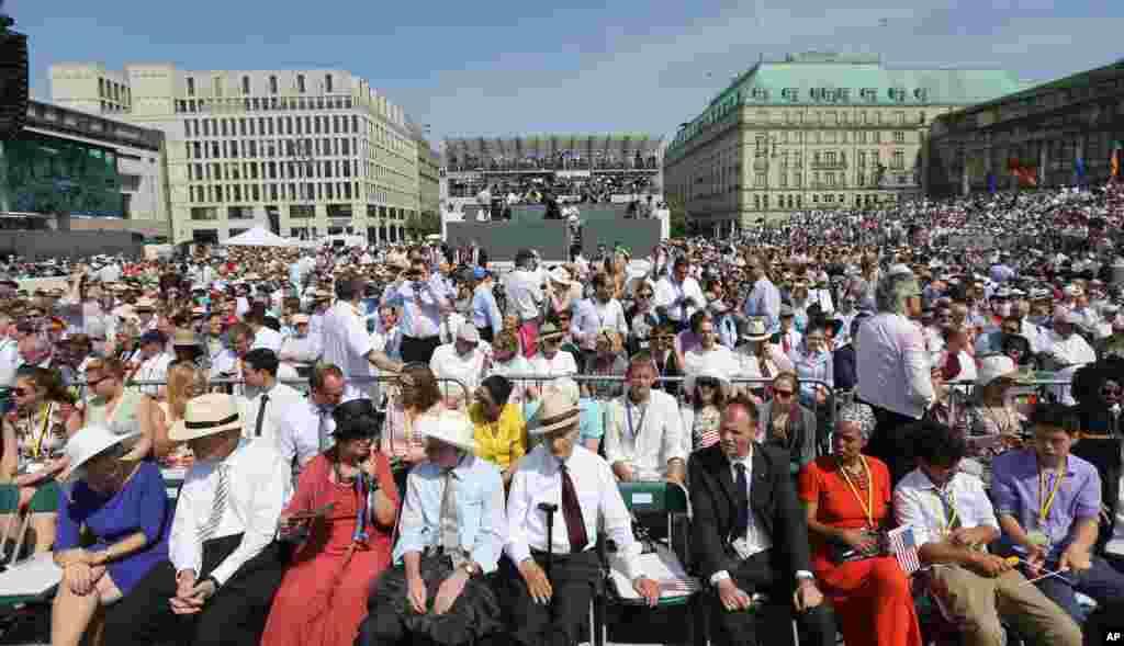 Invited guests wait for U.S. President Barack Obama's speech front of Brandenburg Gate in Berlin, Germany, June 19, 2013.