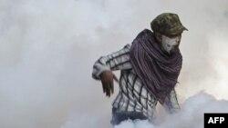 Cảnh sát dùng hơi cay đối phó với cuộc biểu tình, gần Quảng trường Tahrir trong thủ đô Cairo của Ai Cập hôm 23/11/11