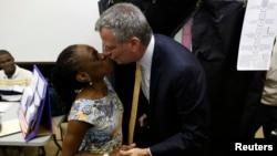 El candidato demócrata para la alcaldía de Nueva York, Bill De Blasio besa a su esposa Chirlane McCray después de emitir su voto en Brooklyn.