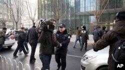 Reporteros occidentales son presionados frecuentemente por las autoridades chinas que les impiden hacer su trabajo.