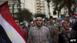 Người biểu tình chống chính phủ bên ngoài Quốc hội Ai Cập ở Cairo, ngày 10/2/2011