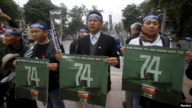 Người dân Việt Nam xuống đường tưởng niệm trận hải chiến Hoàng Sa năm 1974.