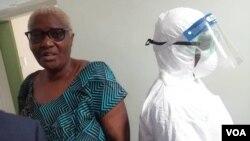 UDokotela Ruth Labode uhlola okwenzekala eWilkins Hospital eHarare. (Mlondolozi Ndlovu)