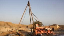 Penggalian sumur sedalam 84 meter untuk mengambil air laut yang akan didesalinasi menggunakan tenaga surya di area resor Marsa Shagra dekat Marsa Alam, garis pantai Laut Merah selatan Mesir, Mesir, 18 Oktober 2021. (REUTERS/Aidan Lewis)