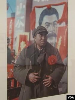 在两年前莫斯科举行的一次图片展览上,一张照片显示中共领导人朱德1949年12月在北京庆祝斯大林生日。(美国之音白桦拍摄)