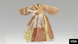 The line between paper and fabric is blurred with Hanji, which was used to make this dress. (Photo courtesy Aimee Lee)