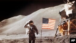 ۳۰ ژوئیه ۱۹۷۱و در مأموریت آپولو اولین مرد به فضا رفت.
