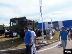 2014年莫斯科武器展上展出的白俄罗斯军用车辆底盘。一些俄罗斯战术导弹也装在白俄罗斯的军车底盘上。