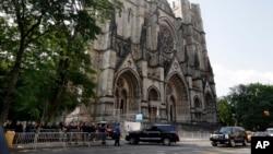 Centenares de personas hicieron fila para ingresar a la catedral Saint John the Divine, en Nueva York.