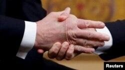 Poignée de main entre Donald Trump et Emmanuel Macron à l'Elysée lors de la commémoration de l'Armistice le 11 novembre 2018.