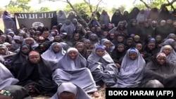博科聖地公佈的錄像顯示5月12日被他們綁架的女學生身著黑色和灰色長袍在一個鄉村地區祈禱。