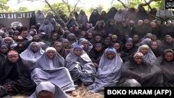 나이지리아 이슬람 테러단체 보코하람이 12일 공개한 동영상에서, 피랍된 여학생들이 이슬람 의상인 히잡을 입고 있다.