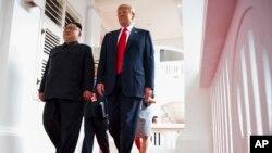 美國總統特朗普和北韓領導人金正恩去年在新加坡舉行美朝峰會期間並肩前行