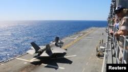 F-35B战斗机准备从黄蜂级两栖攻击舰上起飞 ( 2015年5月26日资料照片)