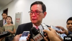 Var Kimhong, chairman of Cambodia's border committee, talks to journalists following a close-door meeting with his Vietnamese counterparts at Council of Ministers in Phnom Penh, Wednesday, July 08, 2015. (Neou Vannarin/VOA Khmer)