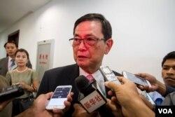 Ông Var Kim Hong, Chủ tịch ủy ban biên giới của Campuchia, nói chuyện với báo giới sau cuộc đàm phán về biên giới với Việt Nam tại Phnom Penh, ngày 6/7/2015 (Neou Vannarin/VOA Khmer)