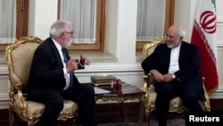 Iranian Foreign Minister Mohammad Javad Zarif (R) meets with European Commissioner for Energy and Climate, Miguel Arias Canete, in Tehran, Iran, May 20, 2018.