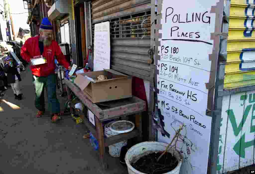 Un panneau érigé par un groupe communautaire identifie les bureaux de vote du quartier Rockaways, dans l'arrondissement new yorkais de Queens