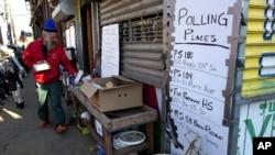 Un panneau orientant les électeurs à Queens, New York