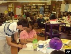 研究生向小学教师展示教学方法