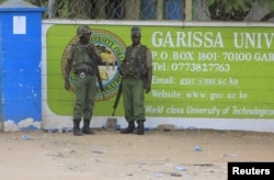 FILE - Polisi Kenya berdiri di depan Garissa University College di Garissa, 4 April 2015.