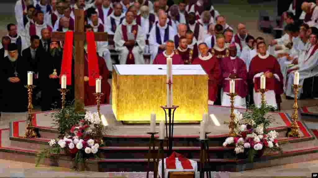 Les responsables religieux assis au cours des funérailles du Père Jacques Hamel à la cathédrale de Rouen, 2 aout 2016.
