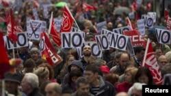 """Manifestantes demandan """"No más recortes"""" de parte del gobierno en Madrid, ante el regreso de España a la recesión."""