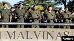 Officers pay tribute to the Argentine servicemen who died in the1982 Falklands War between Britain and Argentina on the 33rd anniversary of the war over the island chain in Rosario, Argentina, April 2, 2015.