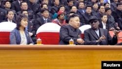 Vợ chồng ông Kim Jong Un cùng cựu ngôi sao bóng rổ Dennis Rodman xem trận bóng rổ giao hữu giữa hai nước, 1/3/2013.