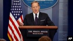 سخنگوی کاخ سفید از دولت قبل آمریکا به خاطر آنچه «ضعف و تردید» در برخورد با رژیم اسد نامید، انتقاد کرد.