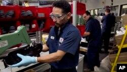미국 보스턴의 신발 제조 공장에서 직원들이 기계를 돌리고 있다. (자료사진)