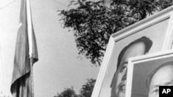 1966年9月红卫兵抬着毛泽东像,手持毛主席语录在北京游行