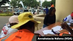 Abekomishini yezokhetha bebhalisa abantu abafuna ukuvota kukhetho oluzayo ekhonsathini eqhutshelwe eLarge City Hall koBulawayo ngoMgqibelo.