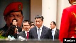 베네수엘라를 방문한 시진핑 중국 국가주석(가운데)이 22일 우고 차베스 전 대통령의 묘소를 찾았다.