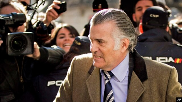 Former Popular Party's treasurer, Luis Barcenas, arrives at the anti-corruption prosecuting office in Madrid, Feb. 6, 2013.