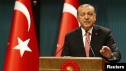 លោក Tayyip Erdogan ប្រធានាធិបតីតួកគីថ្លែងក្នុងសន្និសីទកាសែតមួយបន្ទាប់ពីកិច្ចប្រជុំគណៈរដ្ឋមន្រ្តី និងជាមួយក្រុមប្រឹក្សាសន្តិសុខជាតិនៅវិមានប្រធានាធិបតីនៅក្នុងរដ្ឋធានីអង់ការ៉ា កាលពីថ្ងៃទី២០ ខែកក្កដា ឆ្នាំ២០១៦។