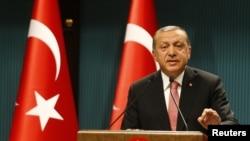 Türkiyə prezidenti Rəcəb Tayyib Ərdoğan Milli Təhlükəsizlik Şurasında iclasdan sonra mətbuat konfransı zamanı