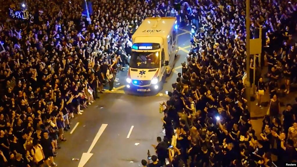 香港抗议者在湾仔警署附近示威时为一辆救护车让路。(2019年6月18日)