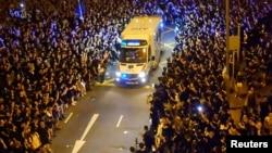 香港抗議者在灣仔警署附近示威時為一輛救護車讓路。 (2019年6月18日)