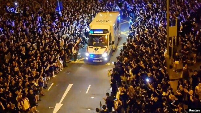 Người biểu tình nhường đường cho xe cứu thương.