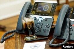 2018年12月11日白宫椭圆形办公室的电话和总统特朗普的一杯可口可乐。