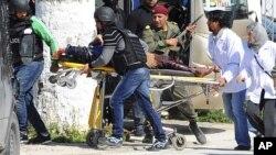 18일 튀니지 튀니스 의회 내에 위치한 바르도 박물관에 테러 공격이 발생한 가운데 구급요원들이 부상자를 이송하고 있다.