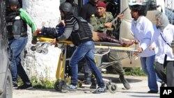 Evakuacija žrtava iz Bardo muzeja u Tunisu, 18. mart 2015.