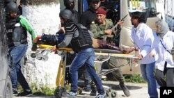 Una víctima es evacuada del Museo Bardo en Túnez tras un ataque terrorista que dejó al menos 19 muertos.