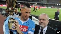 Le président de Naples, Aurelio de Laurentiis, à droite, et le capitaine Marek Hamsik présentent le trophée de la Coupe d'Italie remportée par leur équipe à Naples le 6 mai 2014.